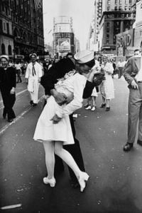 250px-Legendary_kiss_V–J_day_in_Times_Square_Alfred_Eisenstaedt