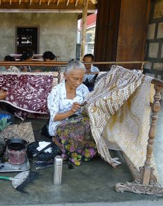 women_making_batik_ketelan_crop